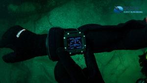 Ręka z kompasem pod wodą - kurs PNA